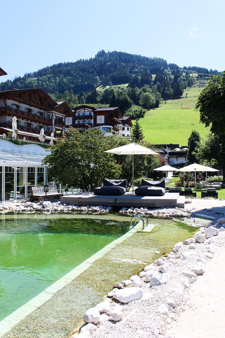 Familienhotel Hotel Oberforsthof St. Johann im Pongau Österreich Badeteich mit Panoramadeck und Liegen