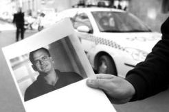 """Un policía mostrando la fotografía de José María Maciá """"El parricida de Elche"""""""