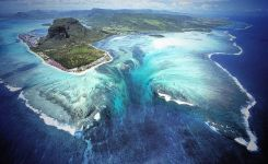 """Unique places: Aerial Illusion of an """"Underwater Waterfall"""" in Mauritius Island"""