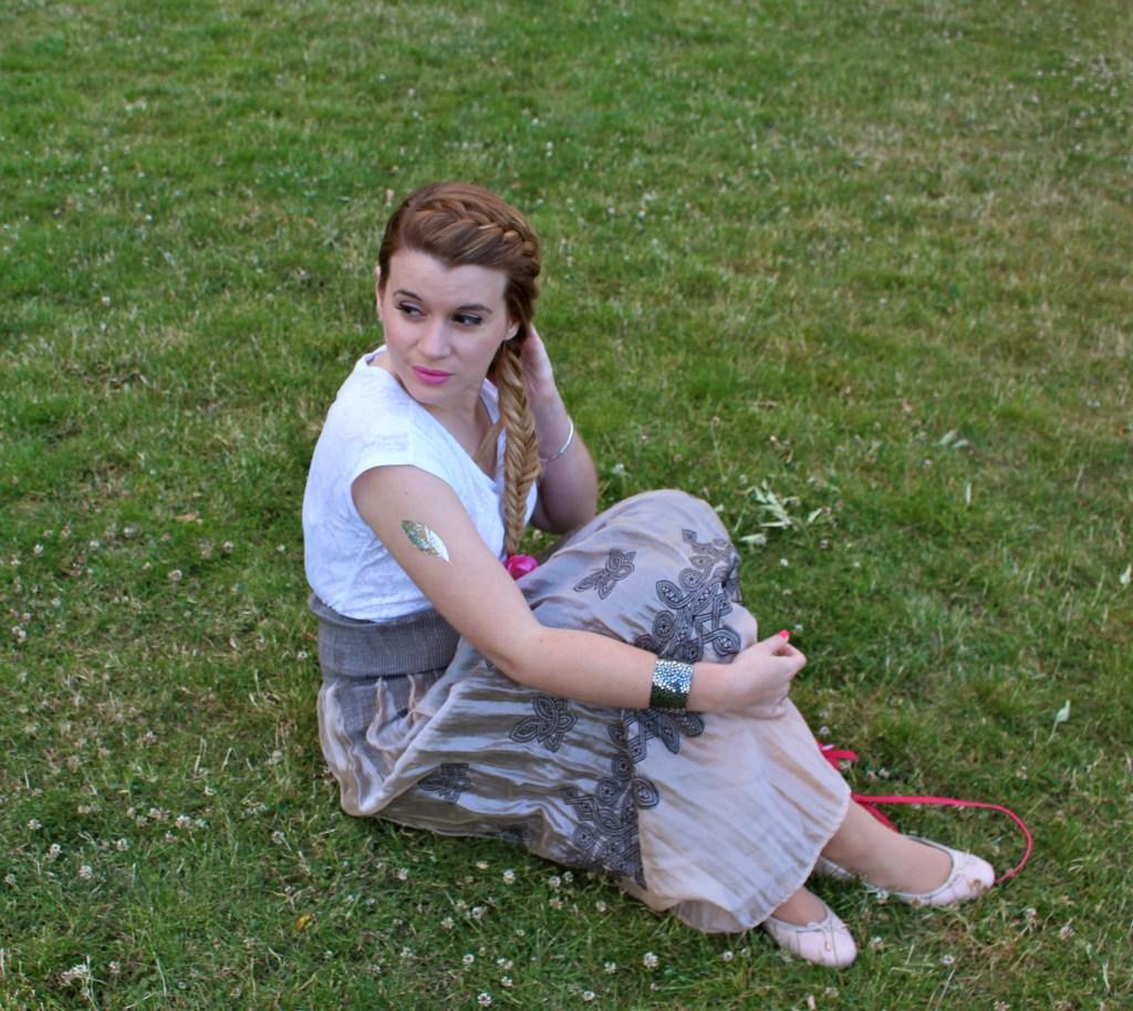 alt-lady-heavenly-dans-l'herbe-avec-sa-tresse-epi