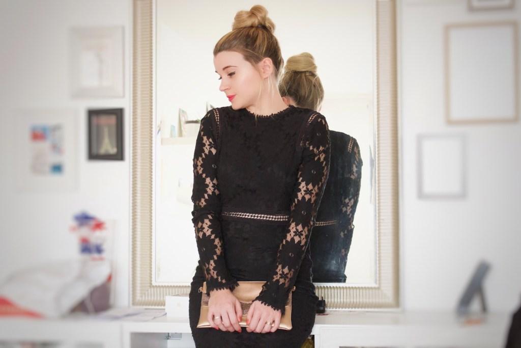 alt-lady-heavenly-porte-une-robe-en-dentelle-noire