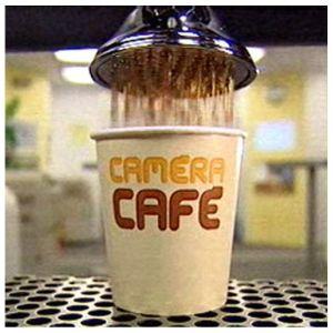 Café de máquina. Trae incorporados vaso, bolsita de azúcar, removedor y a veces tapa