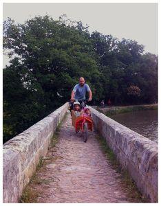 El puente más estrecho de nuestro recorrido por el Canal du midi y la bullit en él