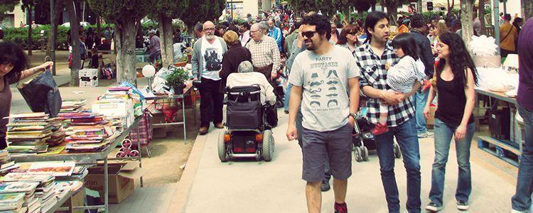 Gente caminando por el paque del Clot, Mercat Solidari