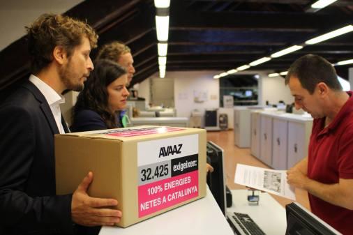 Entrega de las firmas por el clima de Avaaz al Parlament de Catalunya