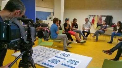 TV3 grabando una reunión de 350 para Tot un món.