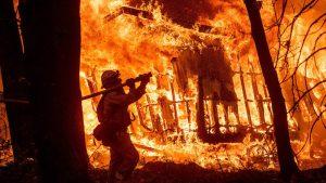 Videos: Tres incendios: medio centenar de fallecidos, 228 desaparecidos, 8,817 estructuras destruidas y 9 mil bomberos en acción