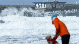 """""""No vayan a la playa, no pisen la arena"""": Advierten sobre olas """"mortales"""" de 15 metros en el norte de California"""