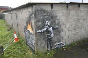 Banksy deja un nuevo mural en ciudad galesa