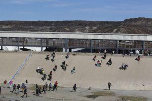 Al menos 221 migrantes centroamericanos cruzan la frontera de EU para su detención