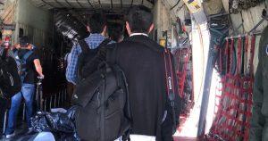 Periodistas que cubren actividades de AMLO también pierden privilegios. En elavión Hércules, en el que viajan,no hay baños, apenas paracaídas