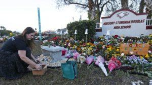 Recuerdan a los 17 fallecidos de la escuela secundaria Marjory Stoneman Douglas en Parkland, Florida, hace un año