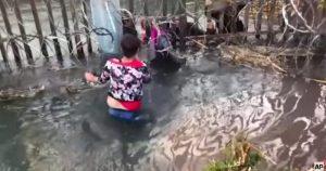 VIDEOS de migrantes con niños cruzando la frontera entre desesperación, agua y fango pone el horror a colores y con sonido