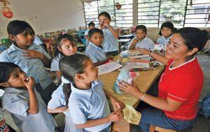 Video: Una élite de maestros mexicanos se lleva al mes 103 mil pesos, mientras los de a pie apenas ganan para comer