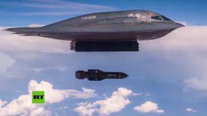 El bombardero estadounidense B-2 lanza dos de las bombas convencionales más potentes del mundo