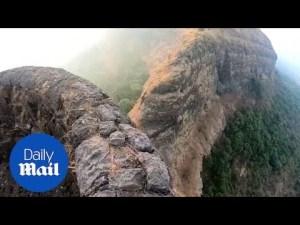 Un hombre muy valiente se pasea por el borde de un abismo de 914 metros de profundidad