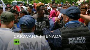Frenan caravana de migrantes centroamericanos en la frontera sur mexicana
