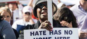 Con su retórica, Trump ha creado el clima de aumento de crímenes de odio, acusa el aspirante presidencial Bernie Sanders