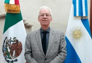 Embajador mexicano en Argentino captado en video robándose un libro; podría ser cesado de inmediato: Ebrard