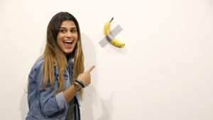 Video: Llega a ver la obra de arte de la banana valorada en 120.000 dólares y se la come
