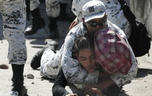 """El uso de gas lacrimógeno contra migrantes fue un """"caso aislado"""", dice presidente mexicano. La caravana agredió a la Guardia Nacional, dice"""