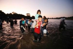 Sin resistencia, entran unos 2 mil migrantes a México por el río Suchiate. Ayer 2 mil fueron deportados