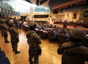 Presidente salvadoreño, acompañado de policías y militares, irrumpe en la Asamblea Legislativa para forzar a parlamentarios a aprobar un préstamo que usaría contra pandillas