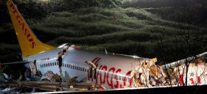 Video: Descarrila avión y se parte en dos en aeropuerto de Estanbul; 21 heridos
