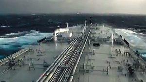Video grabado desde la cubierta del primer petrolero iraní que transporta combustible a Venezuela