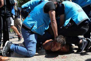 Videos: Retiran féretro de Maradona de la sede presidencial tras choques entre policía y aficionados