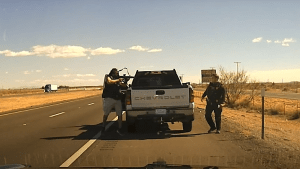 Videos: Narco mata con rifle R-15 a policía que lo detuvo en una carretera de Nuevo Mexico. Despues, uniformados lo ultimaron