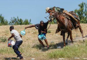 """Exige Senado de EU a Biden detener """"xenófobas"""" deportaciones de haitianos"""