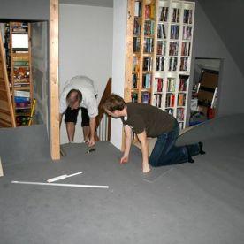 Teppichboden verlegen. (Teppich gehört irgendwie zum Kinofeeling dazu, findest ihr nicht?)