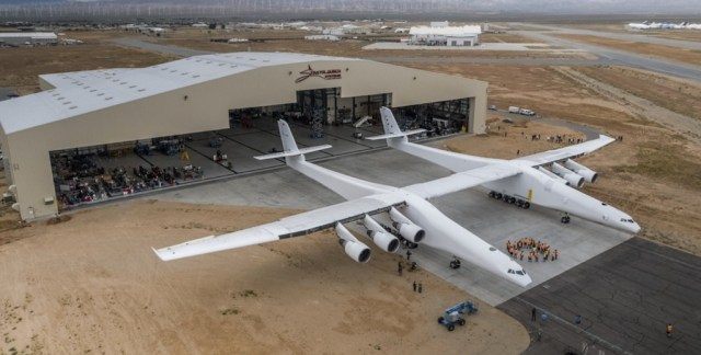 Stratolaunch_roll-out