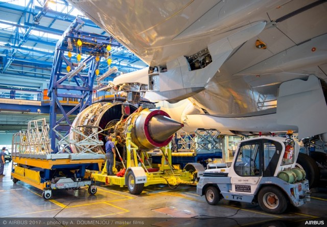 Airbus_A330-900_installation_moteur_Rolls-Royce_Trent_7000
