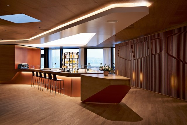 SWISS_First_Lounge_A_Zurich_barista_bar