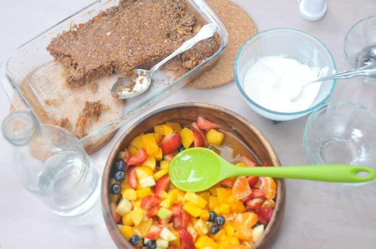 Crocante de Manzanas Facilísimo, sírvelo con una ensalada de frutas, helado de vainilla o crema batida