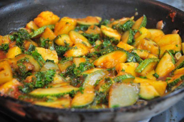 Mezclar el kale, piña, pollo y salsa de tomate y darles tiempo para que se vuelvan amigos!