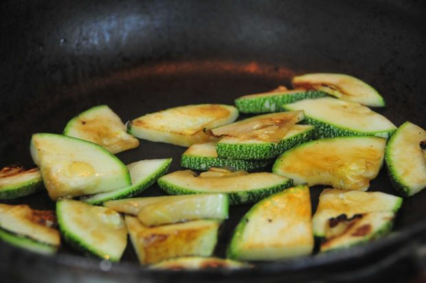 Cortar el zucchini y dorar por ambos lados, salpimentar