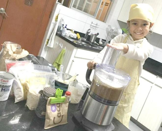 Mikela prepara con su mamá un delicioso Queque de Plátano (gracias Susy por la foto!)