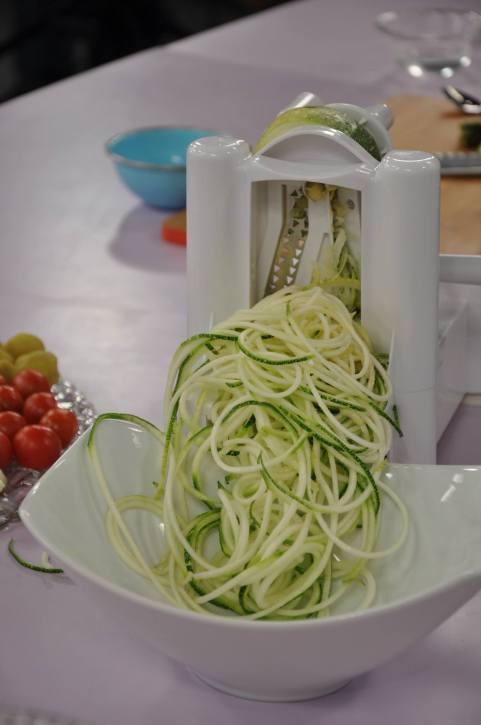 Fideos de zucchini, puedes comerlos crudos, como ensalada o cocidos con tu salsa favorita!