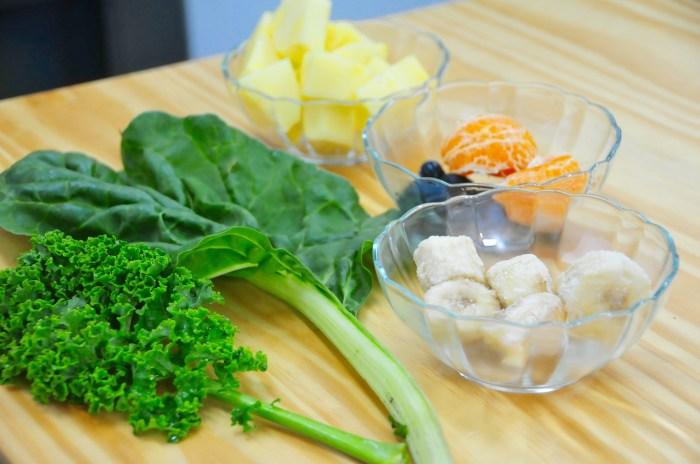 Ingredientes para mi batido verde anti dolor de cabeza: Acelga, Kale, Plátano, Piña, Arándanos y Mandarina.