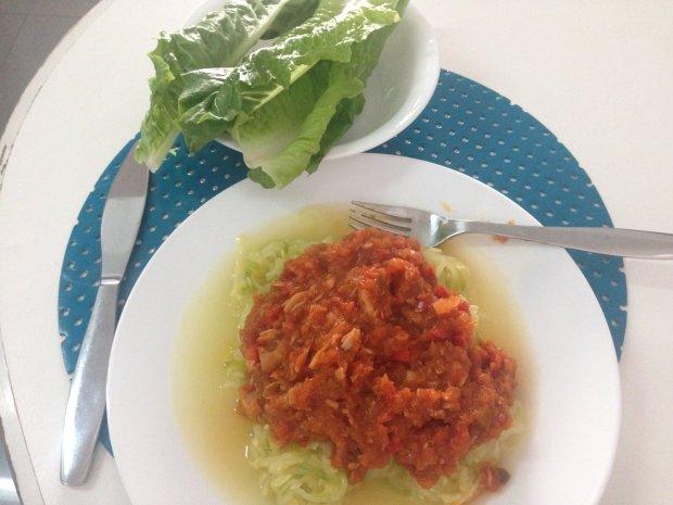 Spaguetis de Zucchini con salsa de tomates, pimiento y atún.