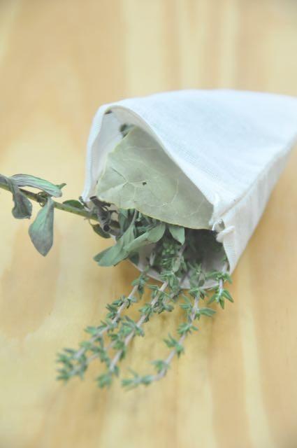 manojo de hierbas aromáticas atadas con un hilo y que entra en la elaboración de muchos tipos de guisos de carne y ave, ragús, sopas y caldos.