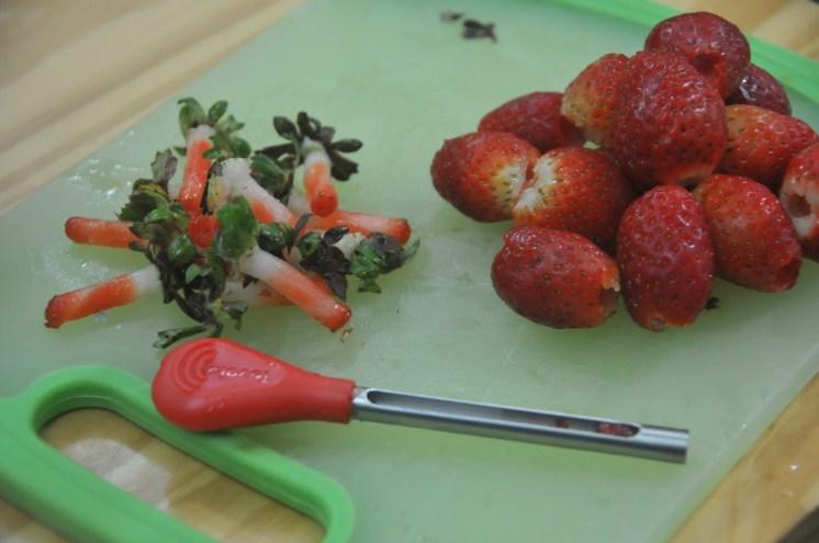 Miren qué practico utensilio de cocina. Se llama Strawberry Huller y pueden pedirlo en Amazon.
