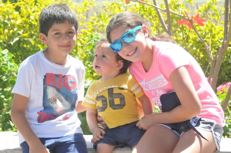 Los chicos felices en la viña Tacama.