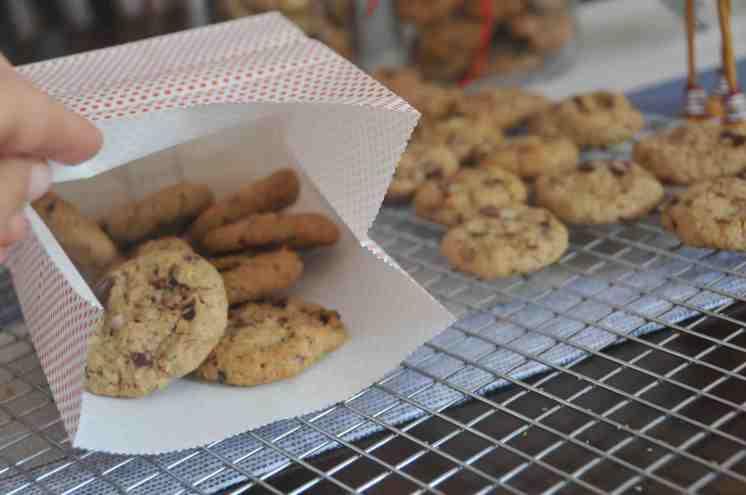 Puedes usar bolsitas de papel especial para galletas, para regalar.