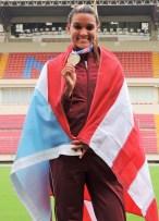 La abandera y competidora por la UMET, Alysbeth Félix, gana oro en salto a lo alto. (Zacha Acosta LAI)