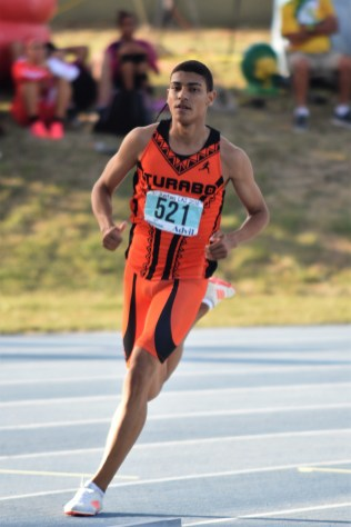 El taíno Ryan Sánchez rompió la marca de 800 metros de la LAI. (L. Minguela LAI)