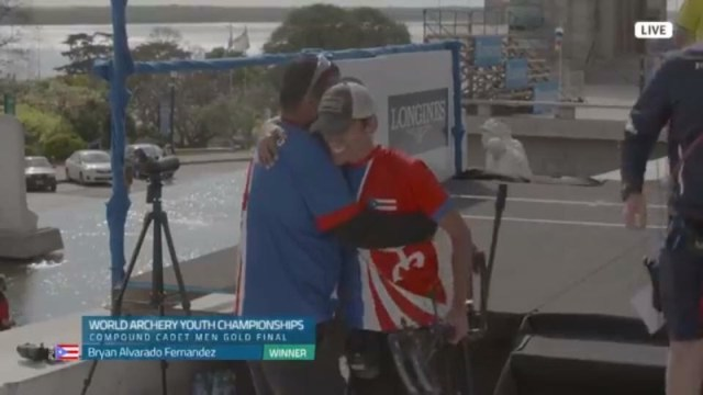 Bryan Alvarado Fernández celebra con su entrenador Ricardo Rosario al ganar medalla de oro mundial cadete en Argentina. (Suministrada)